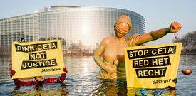 greenpeace ceta estatua